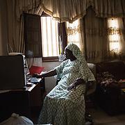 Yayi Bayam Diouf devant son ordinateur, c'est la fondatrice et présidente du Collectif des femmes contre l'immigration clandestine de Thiaroye-sur-mer