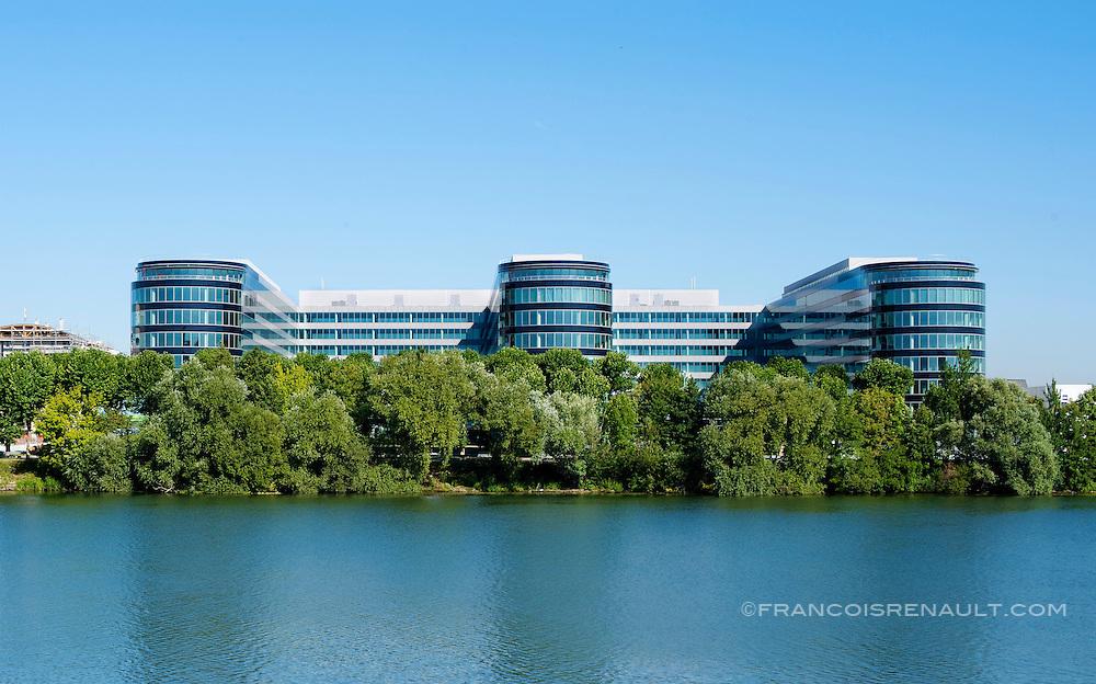 Immeuble River Ouest situé à Bezons (près de La Défense),Ile de France, France et réalisé par HRO. Architectes Skidmore Owings & Merrill, SRA.