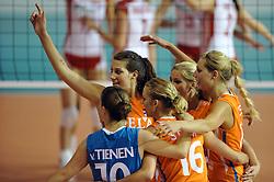 10-06-2010 VOLLEYBAL: VOLLEYMASTERS 2010 NEDERLAND - POLEN: MONTREUX<br /> Nederland wint met 3-1 van Polen / Janneke van Tienen (#10 NED), Robin de Kruif (#5 NED), Laura Dijkema (#14 NED), Manon Flier (#12 NED), Debby Stam (#16 NED)<br /> ©2010-FRH / Conny Kurth