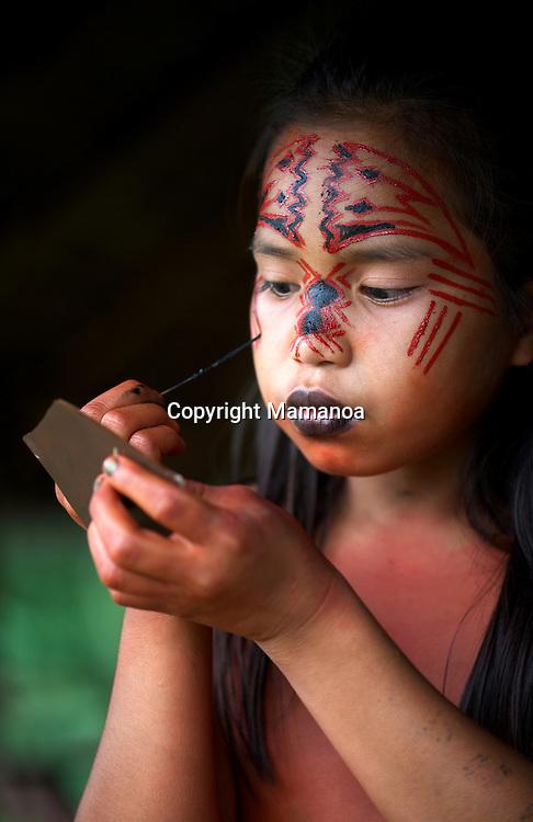 Jeune fille Yawanawa se peignant d'Urucum. Children Yawanawa with Urucum painting. Yawanawa territory, Acre, Brasil.