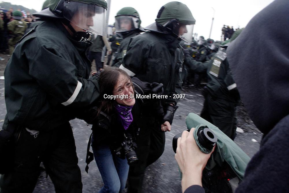 2 Juin - Rostock : La police allemande procède à de nombreuses interpellations dans la foule lors de la manifestation internationale d'ouverture du contre sommet. Une photographe est arrêtée pour un motif inconnu.