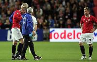 Fotball<br /> 07.09.2010<br /> Foto: Morten Olsen, Digitalsport<br /> <br /> EM-kvalifisering<br /> Norge v Portugal 1:0<br /> <br /> Kjetil Wæhler - Norge<br /> Ut med skade<br /> Bjørn Helge Riise - Norge (th)