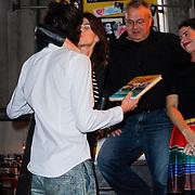NLD/Amsterdam/20121029 - Boekpesentatie 'Het alles is Familie Kookboek', Kim van Kooten overhandigt het eerste exemplaar aan Benja Bruijning