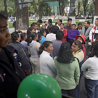 TOLUCA, México.- Padres de familia de la escuela Emiliano Zapata de San Miguel Almoloyán, en Almoloya de Juárez intentaron llegar a Palacio de Gobierno para manifestar el problema que han tenido por acoso sexual hacia los alumnos por parte de profesores de este plante, y personal de Servicios Educativos Integrados del Estado de México (SEIEM) los mantuvo detenidos por espacio de media hora en la Alameda de Toluca.  Agencia MVT / Crisanta Espinosa. (DIGITAL)
