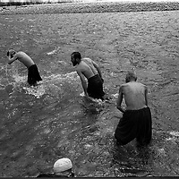 Foreign national POWs who were captured fighting for the Talian bathe in the Panshir river before prayers, Sept 1999.  (Greg Marinovich)