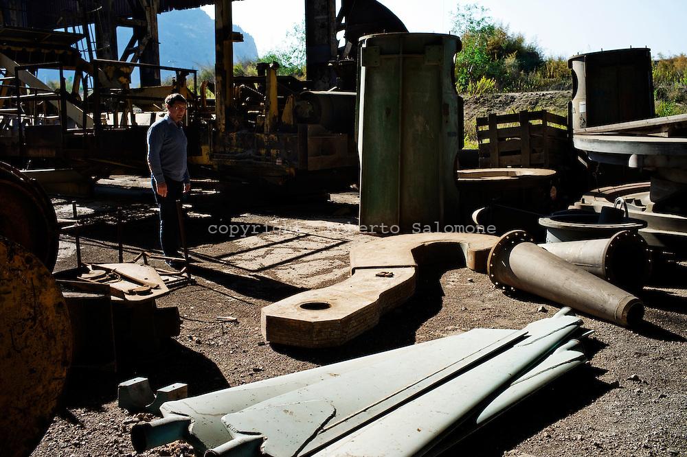 Bagnoli, Italia - 4 novembre 2011. reperti di archeologia industriale all'interno dell'acciaieria dell'ex area industriale dell'ILVA di Bagnoli. La riqualificazione dell'area, dopo 20 anni, è ancora da compiersi. Con l'arrivo di due tappe della celebre competizione velica dell'America's Cup nello specchio d'acqua compreso tra Nisida e Pozzuoli, si spera in un'accelerazione del processo di bonifica e riqualificazione del territorio. si  Ph. Roberto Salomone Ag. Controluce.ITALY - Industrial archeological elements are seen inside  the steelworks of former industrial area of ILVA in the district of Bagnoli. The area should be requalified after more than 20 years of abandon. Two rounds of the America's Cup sailing competition will be hosted in Bagnoli in the next months; this should give a boost to the requalification of the entire area.