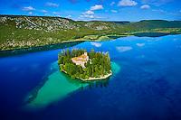 Croatie, Dalmatie centrale, parc national de Krka, monastère de Visovac sur la rivière Krka // Roman Catholic Franciscan monastery Visovac, Krka National Park, Sibenik-Knin, Dalmatia, Croatia