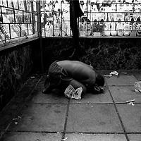 Street child sleeps on pavement in Hillbrow, Johannesburg 1984. (Greg Marinovich)