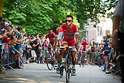 Het Franse team Cofidis passeert de wielerliefhebbers. In Utrecht vindt met de presentatie van de renners het eerste officiële deel plaats van de Grand Depart. Op 4 juli start de Tour de France in Utrecht met een tijdrit. De dag daarna vertrekken de wielrenners vanuit de Domstad richting Zeeland. Het is voor het eerst dat de Tour in Utrecht start.<br /> <br /> The French team Cofidis passes the fans. In Utrecht the riders present themselves as the first official moment of the Grand Depart . On July 4 the Tour de France starts in Utrecht with a time trial. The next day the riders depart from the cathedral city direction Zealand. It is the first time that the Tour starts in Utrecht.