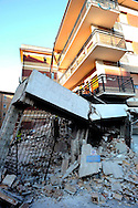 Aquila 6 Aprile 2009.Terremoto L'Aquila.La Ricerca dei superstiti tra le macerie della Casa dello Studente  in via XX Settembre..Earthquake to the city of L'Aquila.The Student dormitory in street XX Settembre. .
