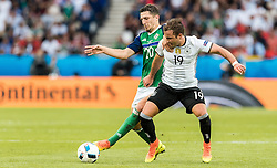 21.06.2016, Parc de Princes, Paris, FRA, UEFA Euro 2016, Nordirland vs Deutschland, Gruppe C, im Bild Craig Cathcart (NIR), Mario Goetze (GER) // Craig Cathcart (NIR) Mario Goetze (GER) during Group C match between Nothern Ireland and Germany of the UEFA EURO 2016 France at the Parc de Princes in Paris, France on 2016/06/21. EXPA Pictures © 2016, PhotoCredit: EXPA/ JFK