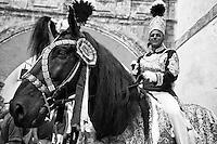 Ostuni Cavalcata S.Oronzo agosto 2012. Primo piano del cavallo con cavaliere in piazza della Cattedrale..Sant'Oronzo si nascose anche in una grotta a Ostuni, nel luogo dove è stata poi costruita la chiesa e il relativo Santuario. I festeggiamenti si svolgono nella Città Bianca il 25, 26 e 27 agosto con la rinomata Cavalcata di Sant'Oronzo, una processione nella quale sfilano esponenti del clero e dell'amministrazione comunale, seguiti da cavalli e cavalieri, con stoffe rosse ricche di ricami e lustrini. I festeggiamenti comprendono anche due fiere e uno spettacolo di fuochi.