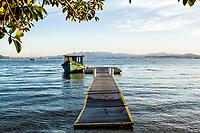 Barco atracado em trapiche em Sambaqui. Florianópolis, Santa Catarina, Brasil. / Boat moored at a pier at Sambaqui. Florianopolis, Santa Catarina, Brazil.