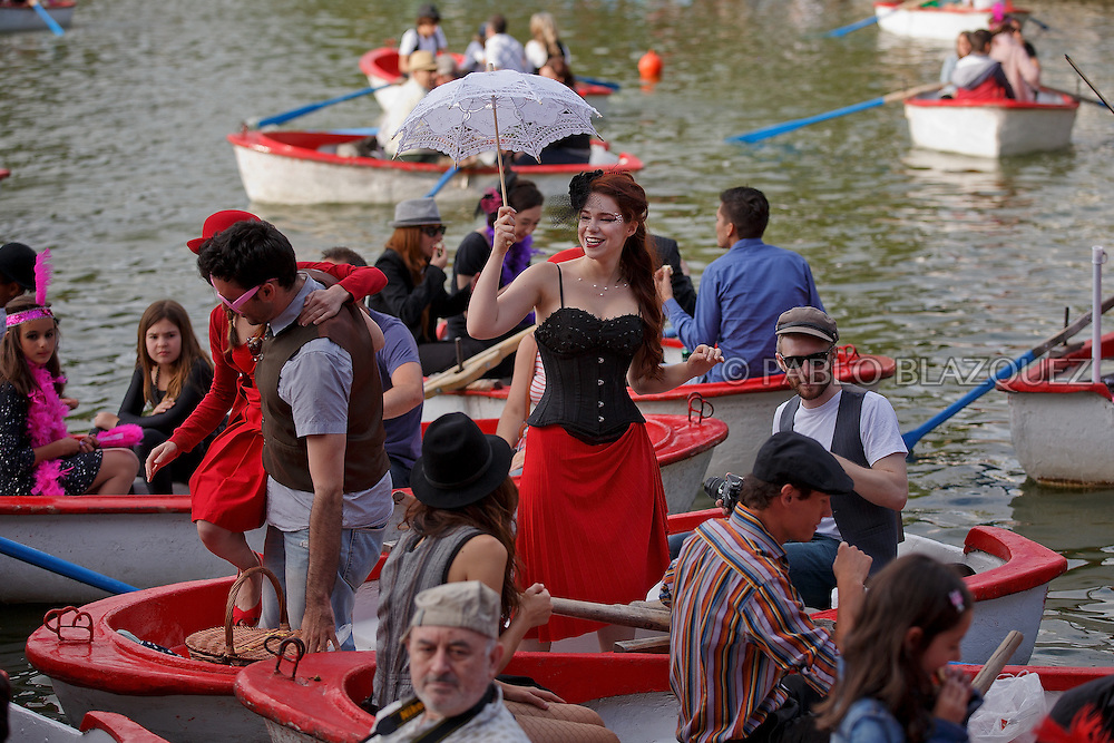 Revelers take part on the floating cabaret (cabaret flotante) at Casa de Campo's lake on June 14, 2015 in Madrid, Spain. (© Pablo Blazquez)