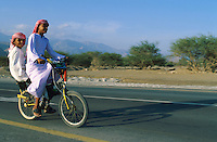 Emirats Arabe Unis. Emirat de Fujairah. // United Arab Emirates. Fujairah Emirate. Boys on bike.