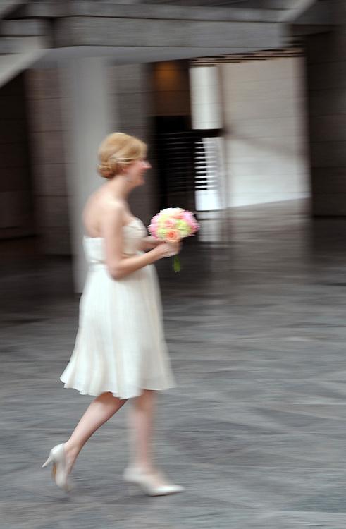 Deutschland,NRW,Köln, Im Standesamt zu Köln  - Junge Braut mit Blumenstrauß |     Cologne, marriage of a young couple     |