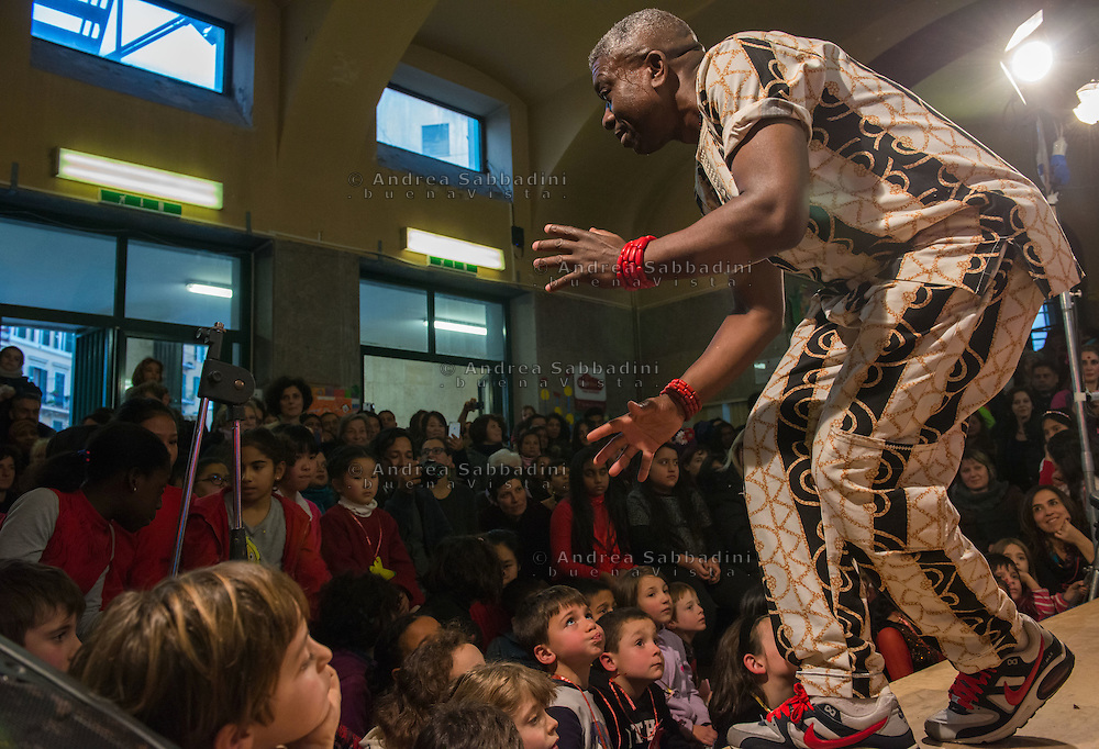 Roma, 18/12/2015: Scuola primaria Carlo Pisacane festeggia la Giornata d'azione globale contro il razzismo e per i diritti dei migranti, rifugiati e sfollati. Steve Okey Emejuru balla con un gruppo di bambini - Primary school Carlo Pisacane celebrates the Day of global action against racism and for the rights of migrants, refugees and displaced persons.