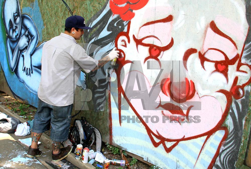 S&Atilde;O PAULO, SP 27 DE MAR&Ccedil;O DE 2011 - 2&ordm; ENCONTRO DE ARTE P&Uacute;BLICA DO PARQUE DA &Aacute;GUA BRANCA - O evento teve a participa&ccedil;&atilde;o de diversos coletivos voltados para o graffiti.<br />  A interven&ccedil;&atilde;o est&aacute; sendo feita nos tapumes que est&atilde;o no entorno da nascente, no centro do parque, e o mural resultante permanecer&aacute; no local por v&aacute;rios meses. Esse trabalho ir&aacute; participar do SP ESTAMPA 2011 (que acontece de 10 a 14 de maio), um circuito de exposi&ccedil;&otilde;es focado nas linguagens que utilizam matriz/estampa &ndash; incluindo o formato &ldquo;lambe-lambe&rdquo;. (DANIELA SOUZA / NEWS FREE)