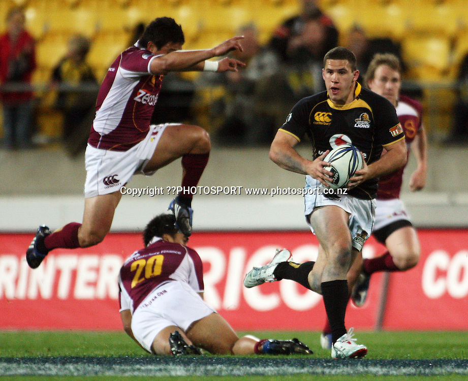 Wellington's Shaun Treeby beats the prone Sonny Rangitoheriri as he is chased by Seminar Manu.<br /> Air NZ Cup semi-final - Wellington Lions v Southland Stags at Westpac Stadium, Wellington, New Zealand, Saturday, 31 October 2009. Photo: Dave Lintott/PHOTOSPORT