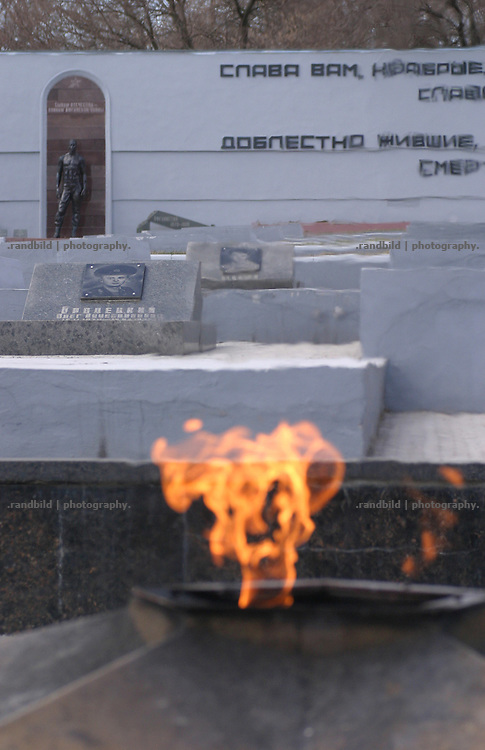 Heldendenkmal mit ewiger Flamme in Tiraspol für die gefallenen Soldaten im Bruderkrieg zwischen Transnistrien und der Republik Moldau (1992). / Memorial with eternal flam for the fallen soldiers during the war between Transnistria and Moldova (1992).