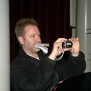 NLD/Amsterdam/20060531 - Presentatie CD Box Ramses Shaffy, Michel Blijboom van Panorama maakt zelf de foto's bij zijn verhaal