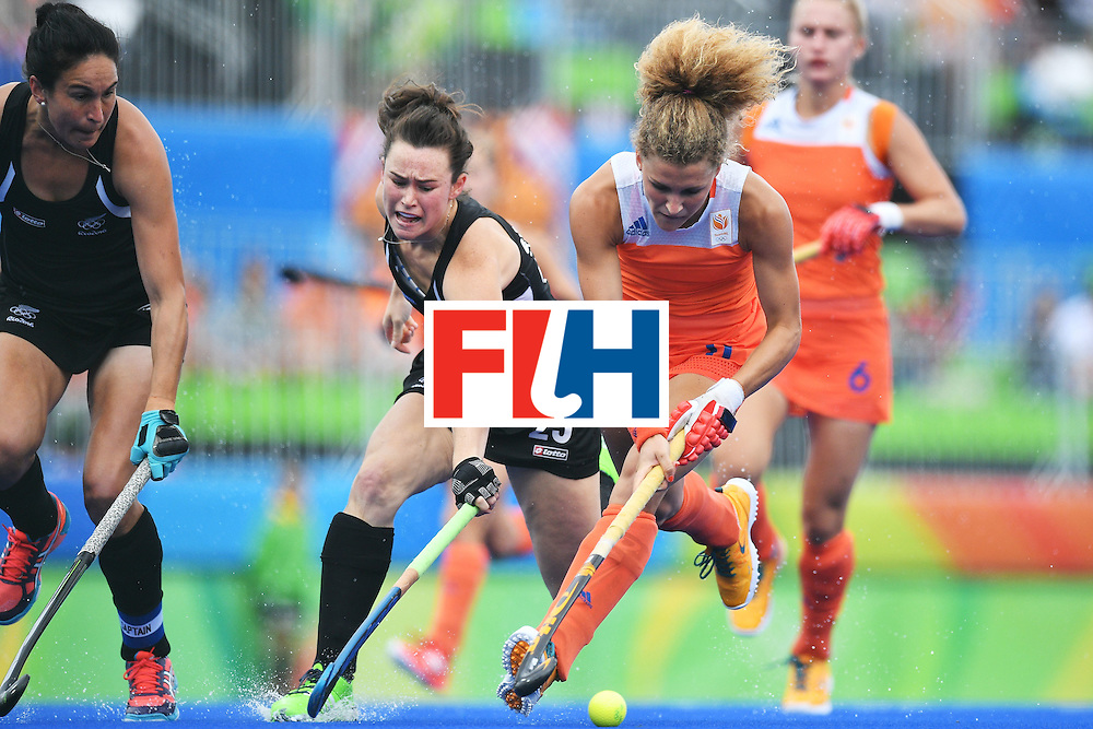 Netherlands' Maria Verschoor (R) and New Zealand's Kelsey Smith vies for the ball during the womens's field hockey New Zealand vs Netherlands match of the Rio 2016 Olympics Games at the Olympic Hockey Centre in Rio de Janeiro on August, 12 2016. / AFP / Carl DE SOUZA        (Photo credit should read CARL DE SOUZA/AFP/Getty Images)