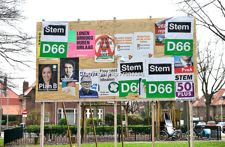 Nederland, Nijmegen, 7-3-2017 Verkiezingsbord met affiches voor de komende verkiezingen voor de tweede kamer. Het bord is niet vol, veel partijen hebben hier nog geen posters geplakt. verkiezingsposters. Netherlands, election board with posters for the forthcoming national elections. Foto: Flip Franssen
