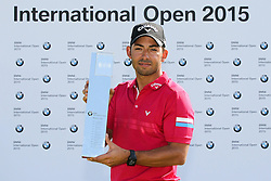 28.06.2015, Golfclub M&uuml;nchen Eichenried, Muenchen, GER, BMW International Golf Open, Tag 4, im Bild Pablo Larrazabal (ESP) mit dem Pokal in der Hand // during te finals of BMW International Golf Open at the Golfclub M&uuml;nchen Eichenried in Muenchen, Germany on 2015/06/28. EXPA Pictures &copy; 2015, PhotoCredit: EXPA/ Eibner-Pressefoto/ Kolbert<br /> <br /> *****ATTENTION - OUT of GER*****