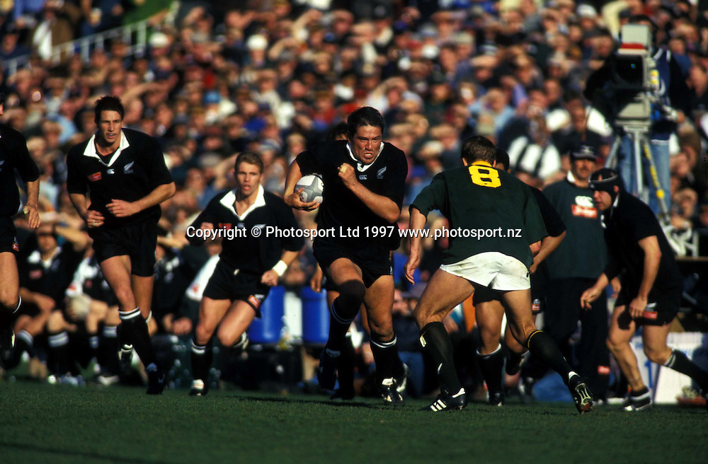 Zinzan Brooke in action during the rugby union test match between the All Blacks and South Africa, Eden Park, Auckland, 1997.  PHOTO: PHOTOSPORT