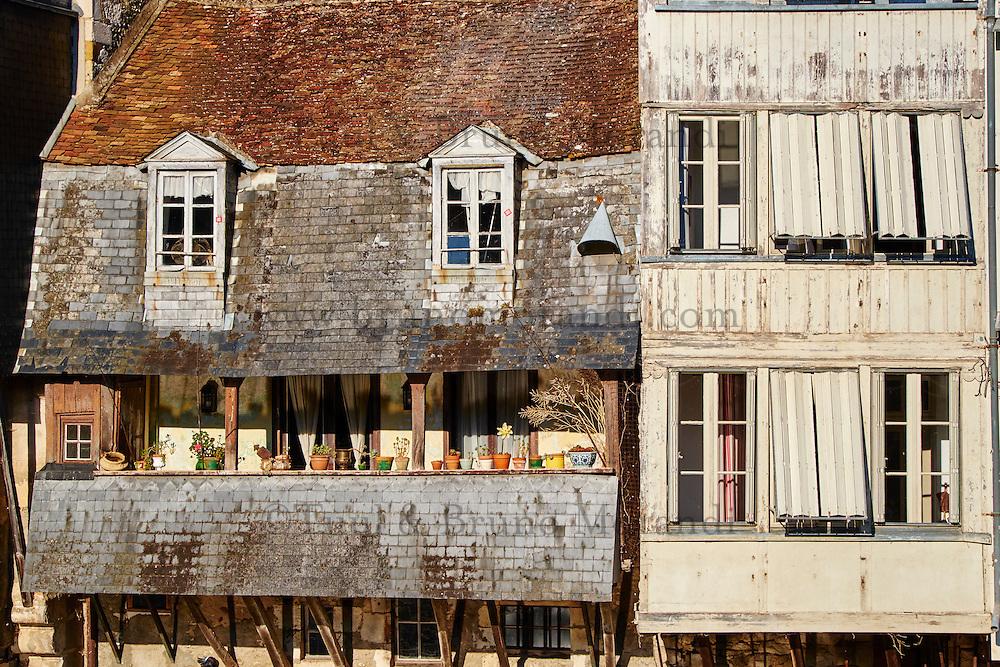 France, Indre (36), Argenton-sur-Creuse, maisons en bord de Creuse // France, Indre (36), Argenton-sur-Creuse, old houses on the river bank Creuse