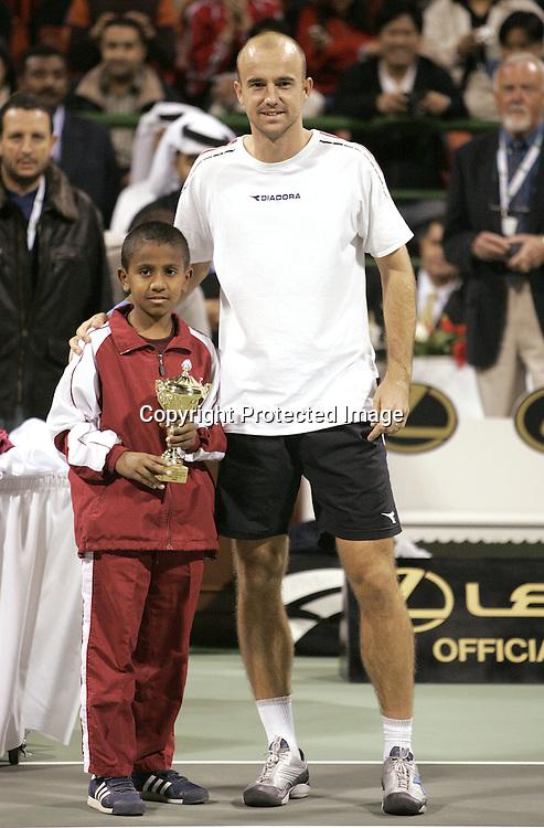 Qatar, Doha, ATP Tennis Turnier Qatar Open 2005, Finale, Ivan Ljubicic (CRO)  mit einheimischen Junioren Spieler der einen Pokal haelt, Praesentation,  08.01.2005,<br /> Foto: Juergen Hasenkopf