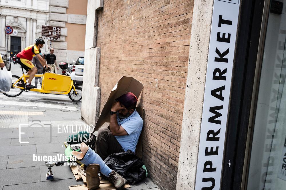 Roma, Lazio, Italia, 30/05/2016<br /> Un senzatetto nel centro storico di Roma, a pochi passi dal Senato.<br /> <br /> Rome, Lazio, Italy, 30/05/2016<br /> An homeless in the Rome historical city center, few steps far from the Senate.