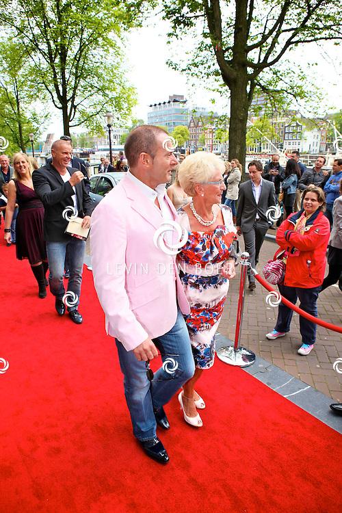 AMSTERDAM - Bij het Koninklijk Theater Carre is de premiere van Circus Hurricane Hans Klok van start gegaan.  Met op de foto Gerard Joling en zijn moeder Jannie. FOTO LEVIN DEN BOER - PERSFOTO.NU