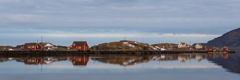 Fl&aring;v&aelig;r is a small group of islets and rocks in Her&oslash;yfjord in the municipality Her&oslash;y, located in the county Sunnm&oslash;re at the west coast of Norway. It includes the island Fl&aring;v&aelig;r, Husholmen, Torvholmen and Varholmen. The archipelago was inhabited until the mid 1980's |<br /> Fl&aring;v&aelig;r er en liten gruppe med holmer og skj&aelig;r i Her&oslash;yfjorden i Her&oslash;y p&aring; Sunnm&oslash;re, og omfatter holmene Fl&aring;v&aelig;r, Husholmen, Torvholmen og Varholmen. &Oslash;ygruppa var bebodd til midt p&aring; 1980 tallet.
