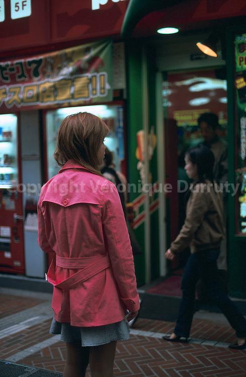 JEUNE FILLE DANS LE QUARTIER DE SHINJUKU, TOKYO, JAPON