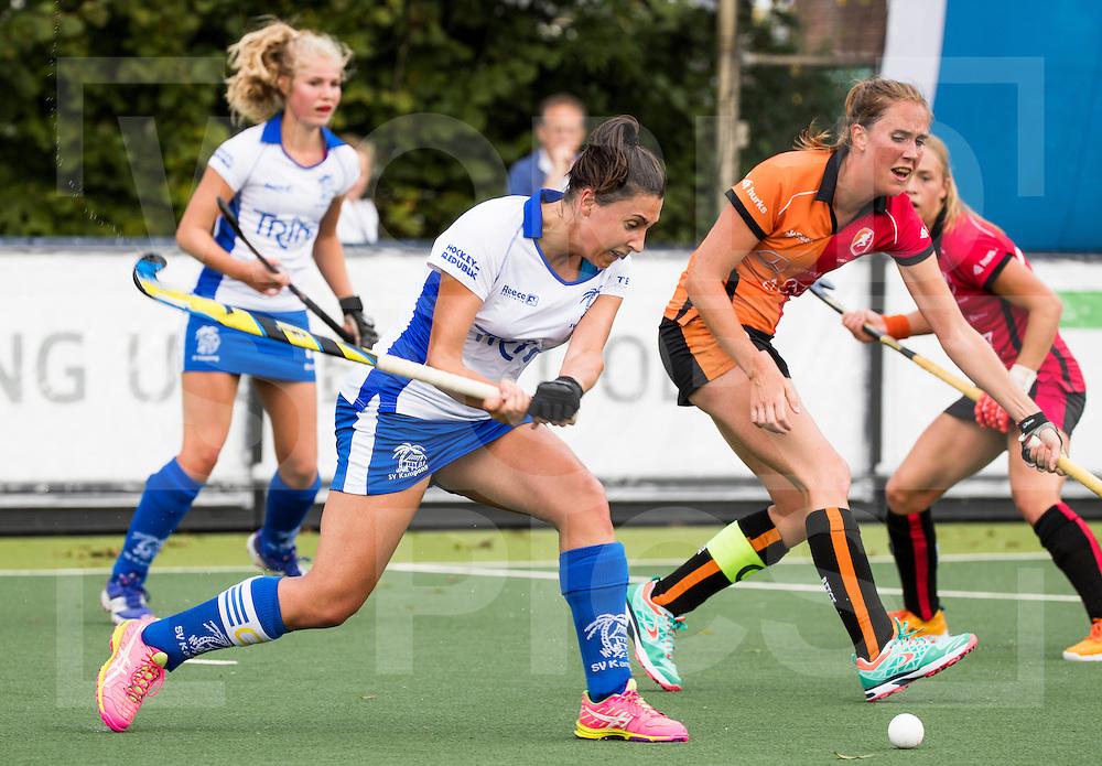 UTRECHT - HOCKEY -  Malou Pheninckx (Kampong) met Daphne van der Velden (Oranje-Rood)  tijdens   de hoofdklasse hockeywedstrijd dames Kampong-Oranje-Rood (0-5) .COPYRIGHT KOEN SUYK