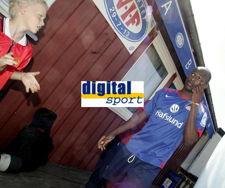 Fotball<br /> Trening<br /> 26.07.08<br /> Valle<br /> V&aring;lerenga VIF<br /> Luton Shelton blir applaudert av en ung fan<br /> Foto - Kasper Wikestad