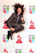 epa01168528 Presenter Elvis Crespo leaps backstage at the Latin Grammy Awards in Las Vegas, Nevada, USA, 08 November 2007.  EPA/ANDREW GOMBERT