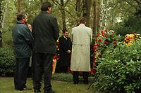 08 OCT 1999, BERLIN/GERMANY:<br /> Gerhard Schröder, SPD,  Bundeskanzler (Mitte), während einer Kranzniederlegung am Grab von Willi Brand, anläßlich des Todestages von Brand, Zehlendorfer Waldfriedhof<br /> IMAGE: 19991008-01/01-14<br /> KEYWORDS: Gerhard Schroeder