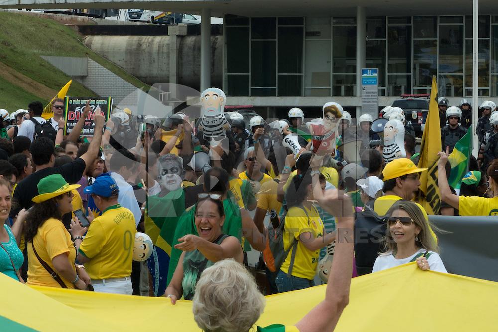 BRASILIA, DF, 15.11.2015 - PROTESTO-DF - Manifestação durante ato a favor do impeachment da presidente Dilma Rousseff, em frente ao Congresso Nacional, neste domingo, 15.(Foto:Ed Ferreira / Brazil Photo Press)
