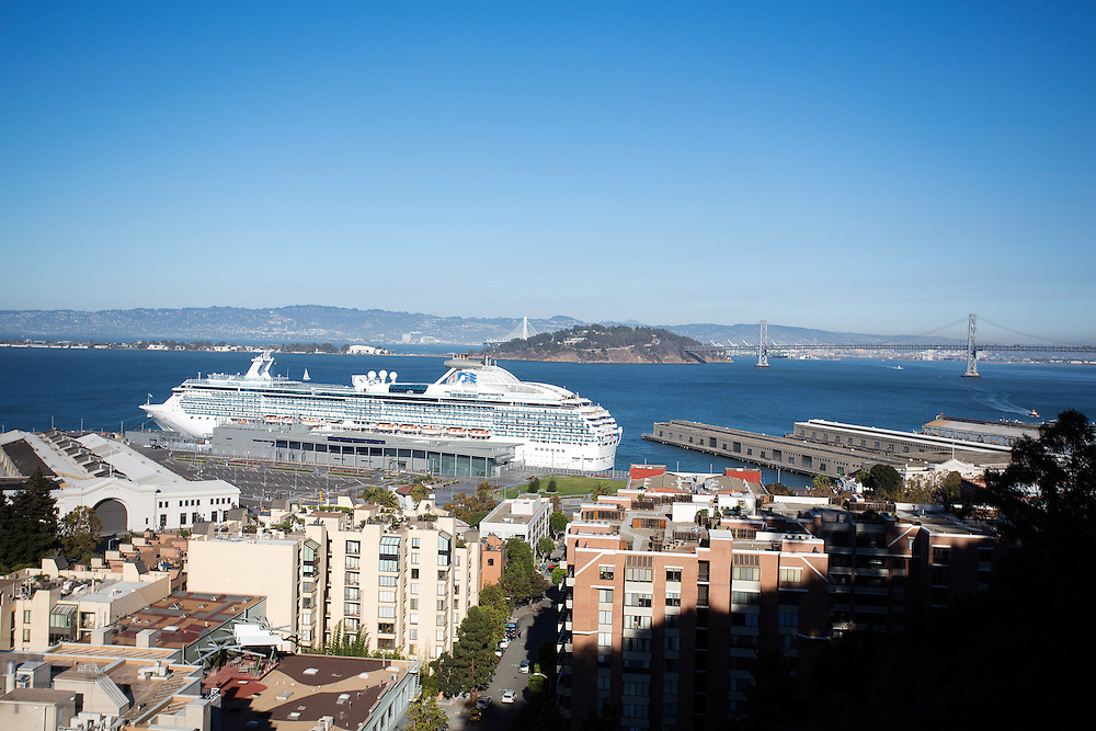Een cruise ligt in de Baai van San Francisco. De Amerikaanse stad San Francisco aan de westkust is een van de grootste steden in Amerika en kenmerkt zich door de steile heuvels in de stad.<br /> <br /> A cruise in the San Francisco Bay. The US city of San Francisco on the west coast is one of the largest cities in America and is characterized by the steep hills in the city.