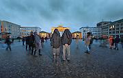 """""""The Kindness of Strangers"""" ist eine Videoinstallation von Stefan Roloff, die am 22. Februar in der Galerie Deschler in Berlin eröffnet wird.In ihr portraitiert er die Sudanesin Twin Sister  und den Iraner Friend of Kayyam. Beide nahmen am Protestmarsch nach Berlin teil, der im März 2012 begann und sich gegen die unmenschlichen Lebensbedingungen in den Flüchtlingslagern in Deutschland richtete. Im November 2012 harrten Sie mit anderen Flüchtlinge am Pariser Platz vor dem Brandenburger Tor aus, um ihren Forderungen nach einer Humanisierung des Asylrechts Nachdruck zu verleihenIhr Doppelportrait vermittelt einen Eindruck von den lebensbedrohlichen Umständen, die sie zwangen, ihre Länder zu verlassen. Die Betrachter erleben Momente mit, in denen durch eine scheinbar banale Äußerung das Leben aus der Bahn gerät oder droht gewaltsam beendet zu werden. Der Berliner Stefan Roloff, 1982 nach New York emigriert, entkam als Jugendlicher selbst durch Flucht nur knapp den Gefängnissen des spanischen Diktators Franco und setzte sich in einem filmischen Porträt mit der Gestapohaft seines Vaters auseinander. In """"The Kindness of Strangers"""" betreten die Ausstellungsbesucher ein aus alten Stoffresten zusammengesetztes Zelt. In dessen Fenstern erscheinen vor einem animierten Hintergrund, einem sich unaufhaltsam drehenden, mit Bleistift gezeichneten Rad, die beiden Porträts.Die Flüchtlinge wurden als Silhouetten interviewt, um sie vor staatlicher Willkür zu schützen. Diese Form des Interviews folgt dem künstlerischen Konzept der zeitlos angelegten Installation, die Aussagen nicht mit einer bestimmten Person verbinden will. Das Bild bietet nicht nur einen Blick in die Vergangenheit Einzelner, sondern in eine Zukunft von uns allen, wo ein solches Schicksal jeden Menschen treffen könnte. Es darf somit auch als Provokation einer im Dornröschenschlaf befindlichen Gesellschaft verstanden werden. Auf den parallel laufenden Videos sprechen die Portraitierten in ihren"""