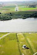 Nederland, Zuid-Holland, Oude Maas, 08-09-2006;   tunnel van hogesnelheidslijn onder de Oude Maas, gezien in de richting van de Hoeksche waard, de trein gaat richting Hollansch Diep en Brabant; het cylindervormige gebouwtje in de voorgrond is een ventilatieschacht en zorgt ook voor afvoer van de drukgolf af als er een (of meer) trein(en) door de tunnel rijden(en); aan de overzijde van de rivier is een volgende serie van deze schachten te zien en het bedieningsgebouw; transport, infrastructuur, verkeer en vervoer, mobiliteit, hogesnelheidslijn, spoor, rail, HSL, TGV, planologie, ruimtelijke ordening, landschap; zie ook detailfoto en panorama foto van deze lokatie; deel van de serie Panorama Nederland; luchtfoto (toeslag); aerial photo (additional fee required); .foto Siebe Swart / photo Siebe Swart
