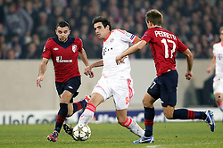 23.10.2012, Grand Stade Lille Metropole, Lille, OSC Lille vs FC Bayern Muenchen, im Bild vlnr Marvin MARTIN (OSC Lille - 10) - Javier MARTINEZ (FC Bayern Muenchen - 8) - Benoit PEDRETTI (OSC Lille - 17) // during UEFA Championsleague Match between Lille OSC and FC Bayern Munich at the Grand Stade Lille Metropole, Lille, France on 2012/10/23. EXPA Pictures © 2012, PhotoCredit: EXPA/ Eibner/ Gerry Schmit..***** ATTENTION - OUT OF GER *****