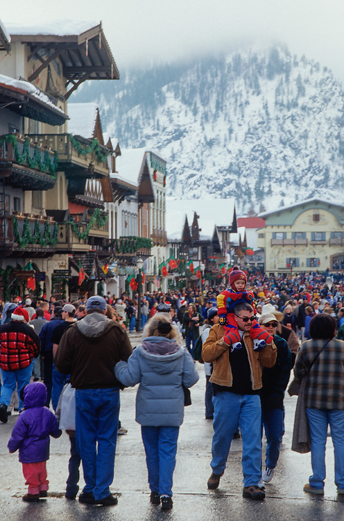 North America, USA, Washington, Leavenworth. Crowds of Christmas shoppers on Front Street