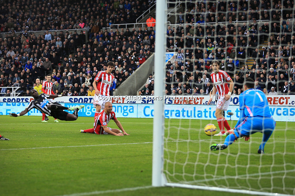 21st December 2014 - Barclays Premier League - Newcastle United v Sunderland - Moussa Sissoko of Newcastle shoots but sees his effort saved - Photo: Simon Stacpoole / Offside.