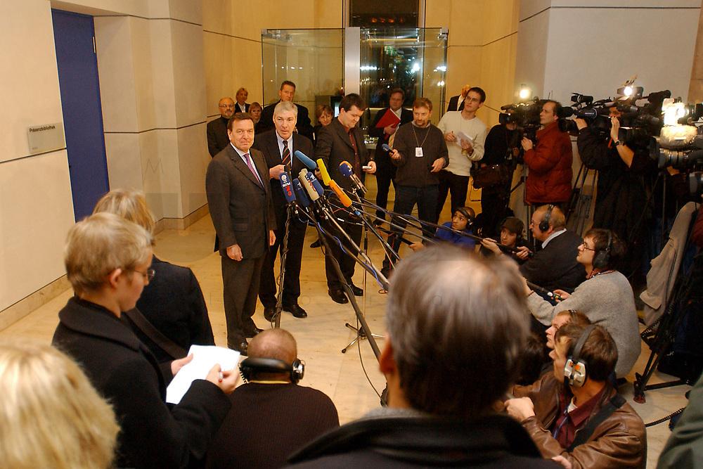 03 DEC 2002, BERLIN/GERMANY:<br /> Gerhard Schroeder (L), SPD, Bundeskanzler, und Michael Sommer (R), Vorsitzender Deutscher Gewerkschaftsbund, DGB, geben ein kurzes Pressestatement, nach einer Sitzung des SPD Gewerkschaftsrates, Deutscher Bundestag<br /> IMAGE: 20021203-02-019<br /> KEYWORDS: Gerhard Schr&ouml;der, Mikrofon, microphone, Journalist, Journalisten