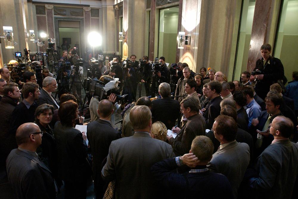 12 DEC 2003, BERLIN/GERMANY:<br /> Journalisten waehrend einem Pressestatement von Roland Koch, CDU, Ministerpraesident Hessen, zur Sitzung des Vermittlungsausschusses, Wandelhalle, Bundesrat<br /> IMAGE: 20031212-01-096<br /> KEYWORDS: Pressekonferenz, Journalist,