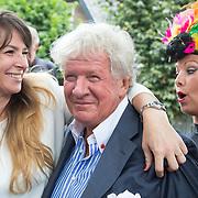 NLD/Blaricum/20160906 - Willibrord Frequin viert 75 ste verjaardag in Moeke Spijkstra, Willibord Frequin word begroet door zijn dochter Rebecca
