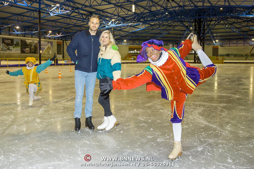 NLD/Dronten/20191111 - Sint on Ice, Jim Bakkum en partner Bettina Holwerda met zwarte piet